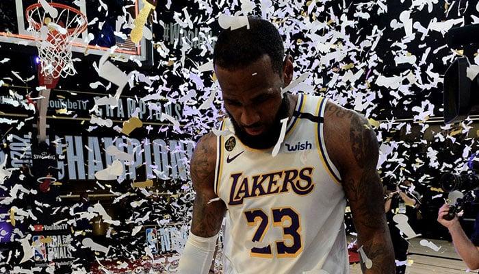 La superstar NBA des Los Angeles Lakers LeBron James sous les confettis après le sacre de son équipe en tant que championne 2020