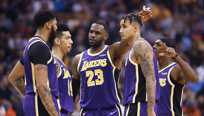 Les joueurs NBA des Los Angeles Lakers Anthony Davis, Danny Green, LeBron James, Kyle Kuzma et Rajon Rondo en pleine discussion lors de la saison 2019-20