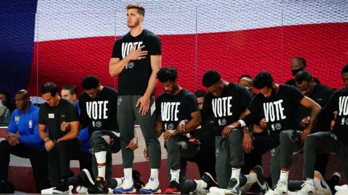 Meyers Leonard debout pendant l'hymne des Finales