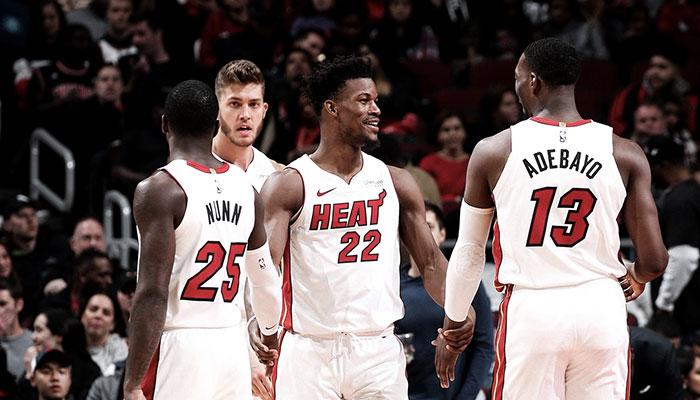 Les joueurs NBA du Miami Heat Kendrick Nunn, Meyers Leonard, Jimmy Butler et Bam Adebayo se tapant dans les mains