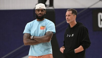 La superstar NBA LeBron James aux côtés du general manager des Los Angeles Lakers, Rob Pelinka