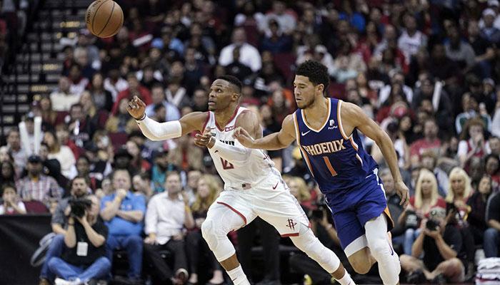 Les deux stars NBA, Russell Westbrook et Devin Booker, lors d'une rencontre opposant les Houston Rockets aux Phoenix Suns