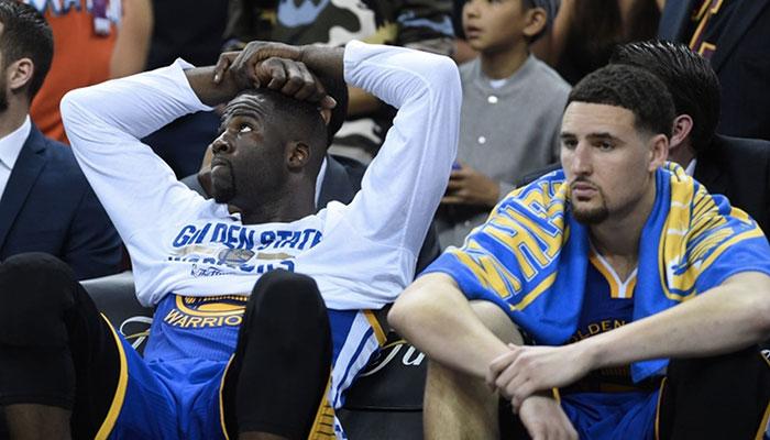 Les deux stars des Golden State Warriors, Draymond Green et Klay Thompson, assises sur le banc de leur franchise lors d'un match des Finales NBA