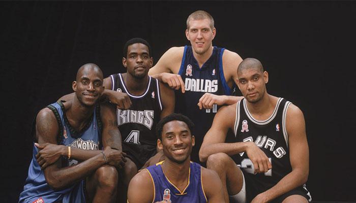 Les légendes NBA Kevin Garnett, Chris Webber, Kobe Bryant, Dirk Nowitzki et Tim Duncan à l'occasion du All-Star Game 2002