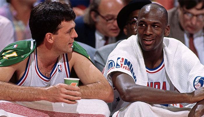La légende des Boston Celtics, Kevin McHale (gauche), ainsi que l'icône des Chicago Bulls, Michael Jordan (droite), lors du All-Star Game NBA 1990