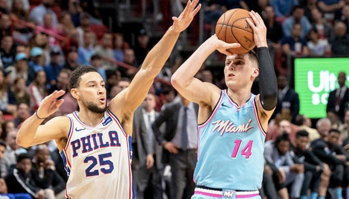 Le meneur star des Philadelphia 76ers, Ben Simmons, tente de contrer un tir du jeune espoir du Miami Heat, Tyler Herro