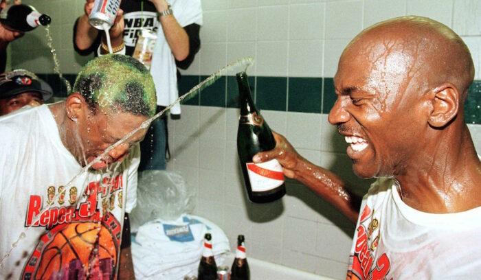 Dennis Rodman et Michael Jordan fêtent le titre