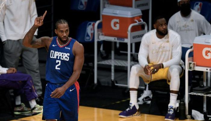 La superstar des Los Angeles Clippers, Kawhi Leonard, index en l'air devant les yeux de LeBron James, leader des Los Angeles Lakers, lors de l'opening Night de la saison NBA 2020-21