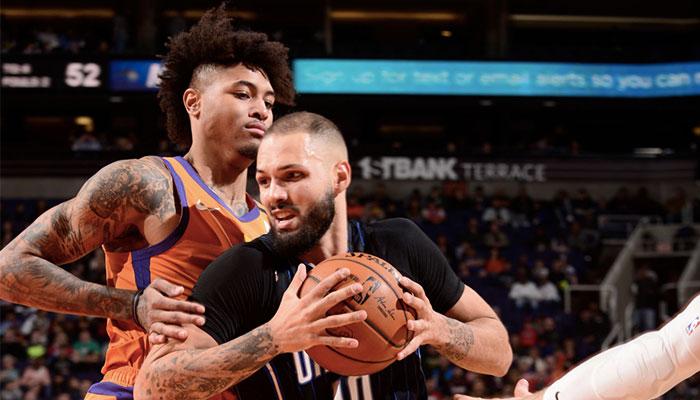 Les deux arrières NBA Kelly Oubre Jr. (gauche) et Evan Fournier (droite) en plein duel lors d'une rencontre entre les Phoenix Suns et le Magic d'Orlando
