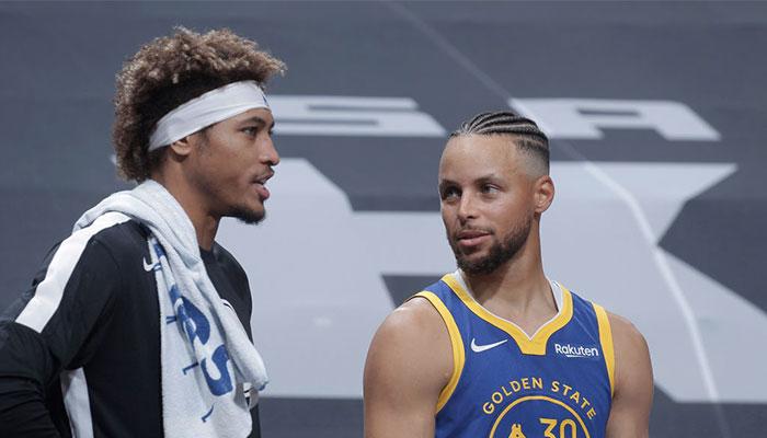 Les deux arrières stars des Golden State Warriors, Kelly Oubre Jr. (gauche) et l'ancien MVP NBA Stephen Curry (droite)
