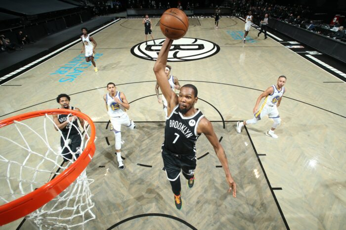 Kevin Durant dunke devant les Warriors