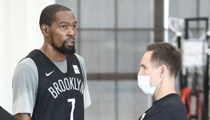 La superstar NBA des Brooklyn Nets, Kevin Durant (gauche), accompagné de l'entraineur de la franchise new-yorkaise, Steve Nash