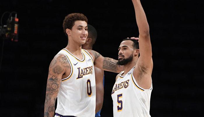 Les deux jeunes joueurs des Los Angeles Lakers, Kyle Kuzma et Talen Horton-Tucker, lors d'un match de pré-saison NBA face aux Los Angeles Clippers