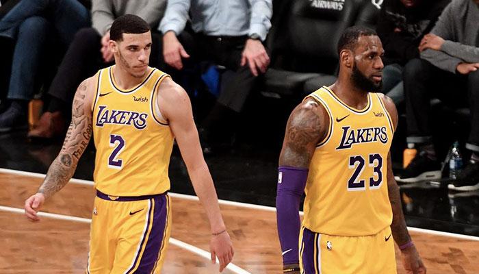 Le jeune meneur Lonzo Ball et la superstar NBA LeBron James lors d'un match des Los Angeles Lakers durant la saison NBA 2018-19
