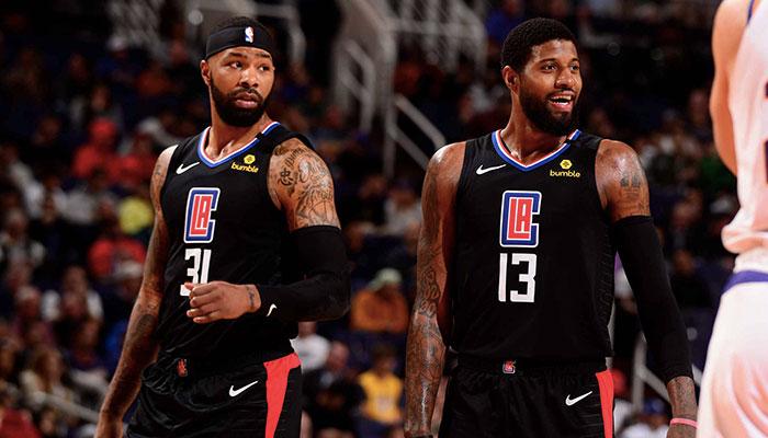 Les deux joueurs des Los Angeles Clippers, Marcus Morris et Paul George, lors d'un match NBA face aux Phoenix Suns le 27 février 2020