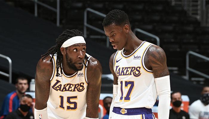 Les deux recrues des Los Angeles Lakers, l'intérieur Montrezl Harrell (gauche) et le meneur Dennis Schröder (droite), en plein discussion lors d'un match de pré-saison NBA face aux Los Angeles Clippers