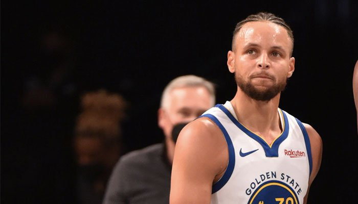 La superstars des Golden State Warriors, Stephen Curry, dubitatif durant un match NBA face aux Brooklyn Nets