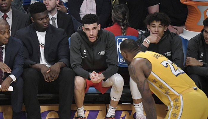Les jeunes stars des New Orleans Pelicans, Zion Williamson et Lonzo Ball, observent depuis le banc la superstar NBA des Los Angeles Lakers, LeBron James