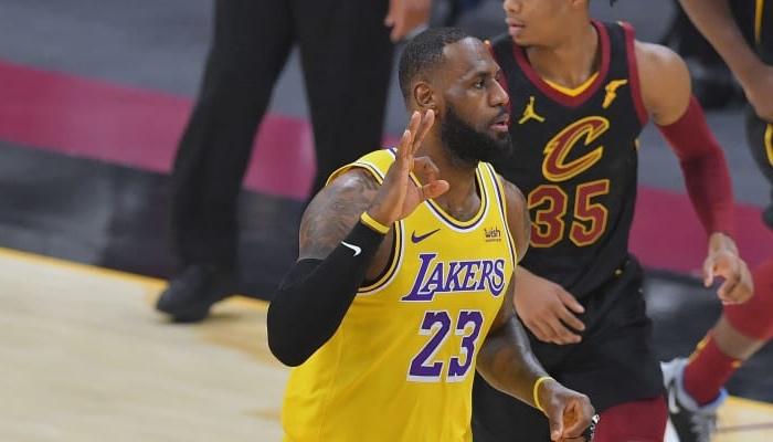 Lebron James célébrant un 3 points avec les Lakers face aux Cavaliers NBA