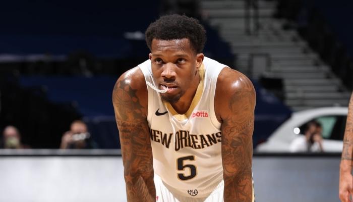 Le meneur NBA des New Orleans Pelicans, Eric Bledsoe, mordille son protège-dents