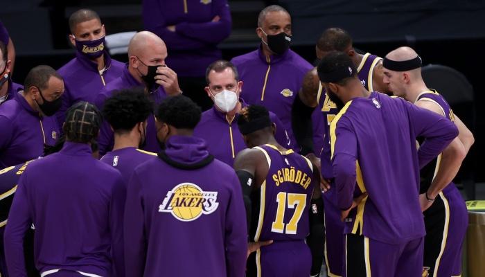 Le coach NBA des Los Angeles Lakers, Frank Vogel, donne ses consignes durant un temps mort à ses joueurs