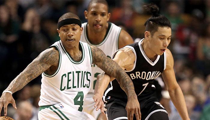 L'ancien meneur des Boston Celtics, Isaiah Thomas (gauche), tente un dribble face à Jeremy Lin (droite) lors d'un match contre les Brooklyn Nets