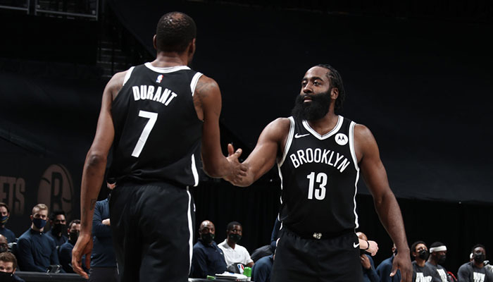Les deux superstars NBA des Brooklyn Nets, Kevin Durant et James Harden, se congratulent lors d'un match face aux Milwaukee Bucks