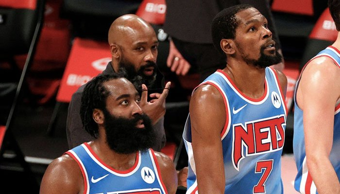 Les deux superstars des Brooklyn Nets, James Harden et Kevin Durant, lors d'un match NBA les opposant au Orlando Magic