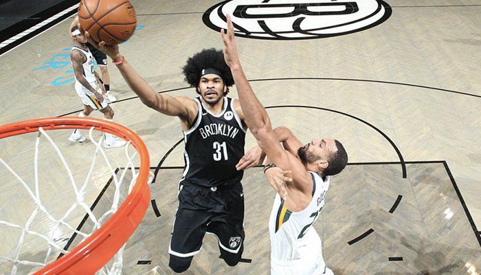 Le jeune pivot des Brooklyn Nets, Jarrett Allen, prend le dessus dans les airs sur son adversaire français du Utah Jazz, Rudy Gobert, lors d'un match NBA
