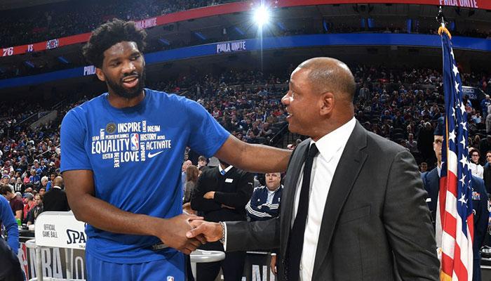 La superstar des Philadelphia 76ers, Joel Embiid, serre la main de son actuel coach, Doc Rivers, lors d'un match NBA face aux Los Angeles Clippers, le 11 février 2020