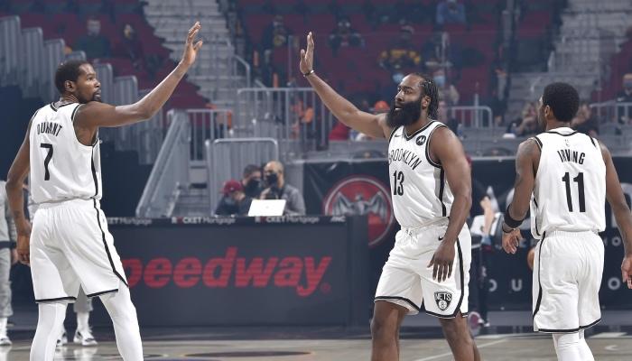 Les 3 superstars NBA des Brooklyn Nets, Kevin Durant, James Harden et Kyrie Irving, se congratulent lors d'un match face aux Cleveland Cavaliers