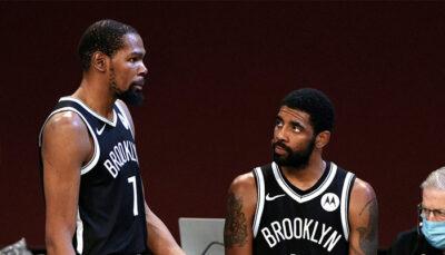 Les deux superstars NBA des Brooklyn Nets, Kevin Durant et Kyrie Irving, en pleine discussion sur la table de marque lors d'un match face aux Atlanta Hawks