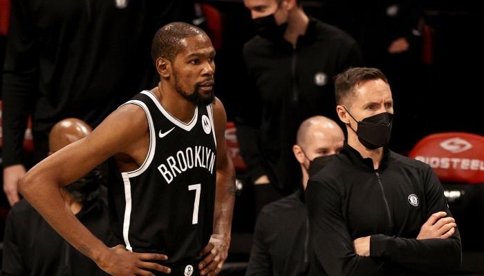 La superstar NBA des Brooklyn Nets, Kevin Durant, aux côtés de son entraineur, Steve Nash