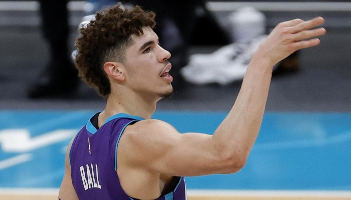 Le rookie des Charlotte Hornets, LaMelo Ball, célèbre l'un de ses tirs à 3 points inscrits lors du match NBA face aux Milwaukee Bucks