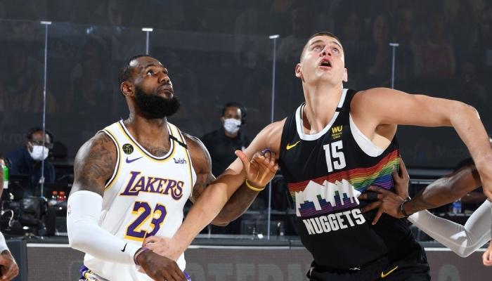Les deux superstars NBA, LeBron James et Nikola Jokic, lors d'un match de playoffs entre les Los Angeles Lakers et les Denver Nuggets