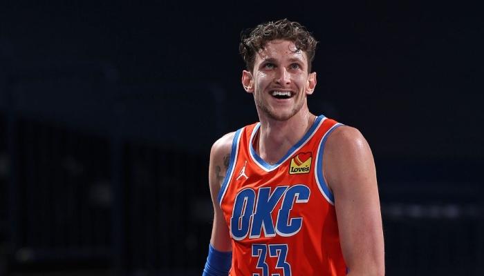 L'intérieur NBA du Thunder d'Oklahoma City, Mike Muscala, tout sourire