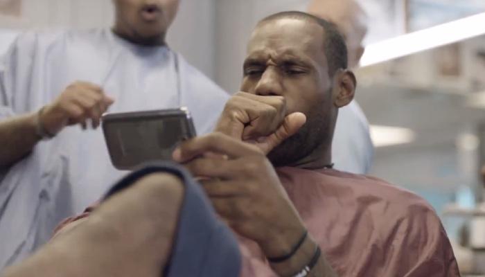 Lebron James choqué devant son téléphone