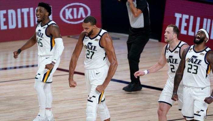 Les joueurs du Utah Jazz, Donovan Mitchell, Rudy Gobert, Joe Ingles et Royce O'Neal célèbrent un panier lors d'un match NBA face aux Denver Nuggets