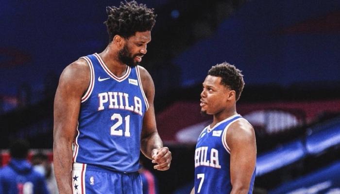 Les stars NBA, Joel Embiid et Kyle Lowry, discutent sous les couleurs des Philadelphia 76ers