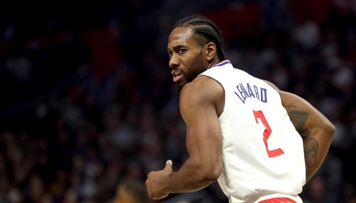 La superstar NBA des Los Angeles Clippers, Kawhi Leonard, montre un visage incrédule