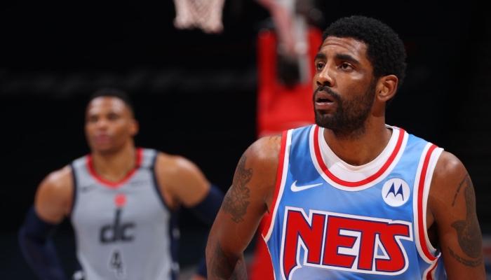 Le meneur star des Brooklyn Nets, Kyrie Irving, abasourdi devant son adversaire des Washington Wizards, Russell Westbrook, lors d'un match NBA opposant les deux équipes