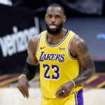 NBA – Accident capillaire pour LeBron en plein match, ses coéquipiers le sauvent