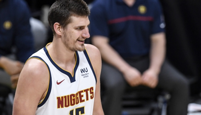 L'intérieur star NBA des Denver Nuggets, Nikola Jokic, tout sourire après un énième carton offensif cette saison