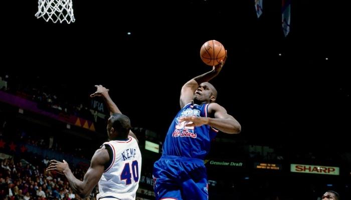 La légende NBA Shaquille O'neal tente un dunk devant Shawn Kemp lors du All-Star Game 1994