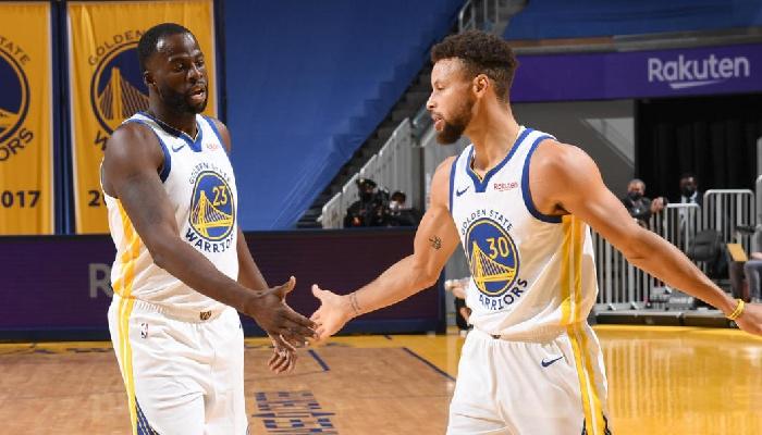 Draymond Green et Stephen Curry célèbrent lors d'un match NBA avec les Warriors