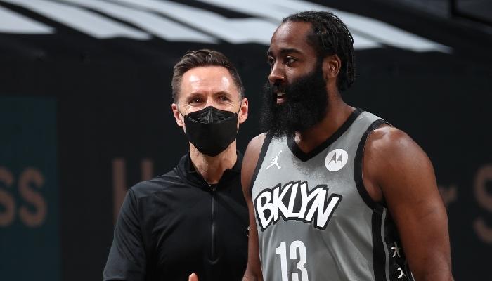 Steve Nash et James Harden discutent che les Nets NBA