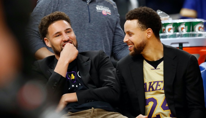 Stephen Curry et Klay Thompson hilares sur le banc des Warriors NBA