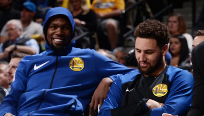 Les superstars NBA Kevin Durant et Klay Thompson tout sourire sous les couleurs des Golden State Warriors