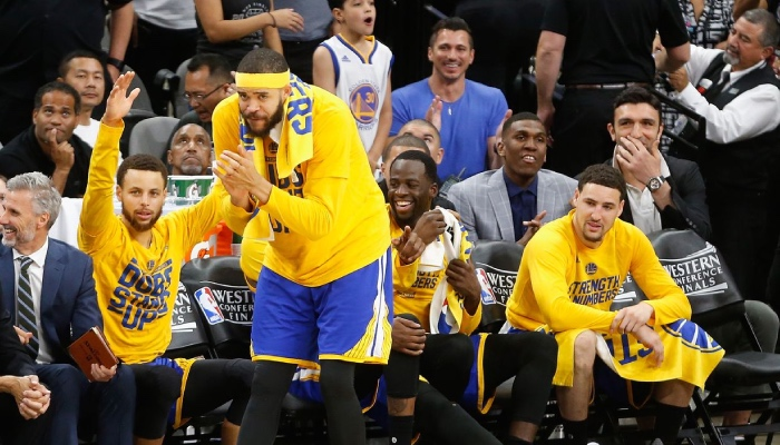 Les joueurs des Golden State Warriors, Stephen Curry, JaVale McGee, Draymond Green et Klay Thompson sur le banc lors des Finales NBA 2017