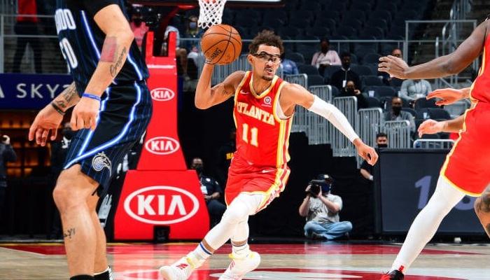 Trae Young a sorti un nouveau style avec des lunettes lors de la rencontre entre les Hawks et le Magic